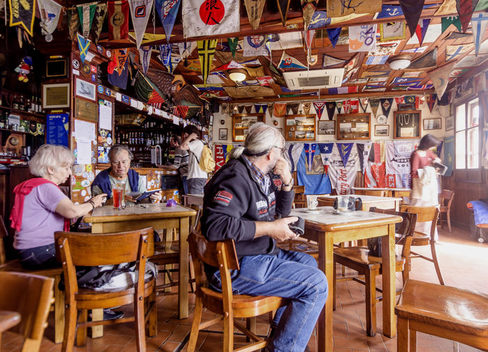 Café Sport, Peters bar.