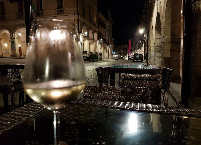 Ett glas prosecco på en bar i Conegliano