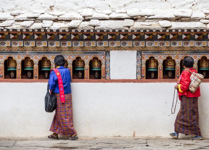 kvinnor som besöker tempel i Bhutan