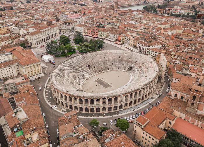 Flygfotografi över Verona och arenan